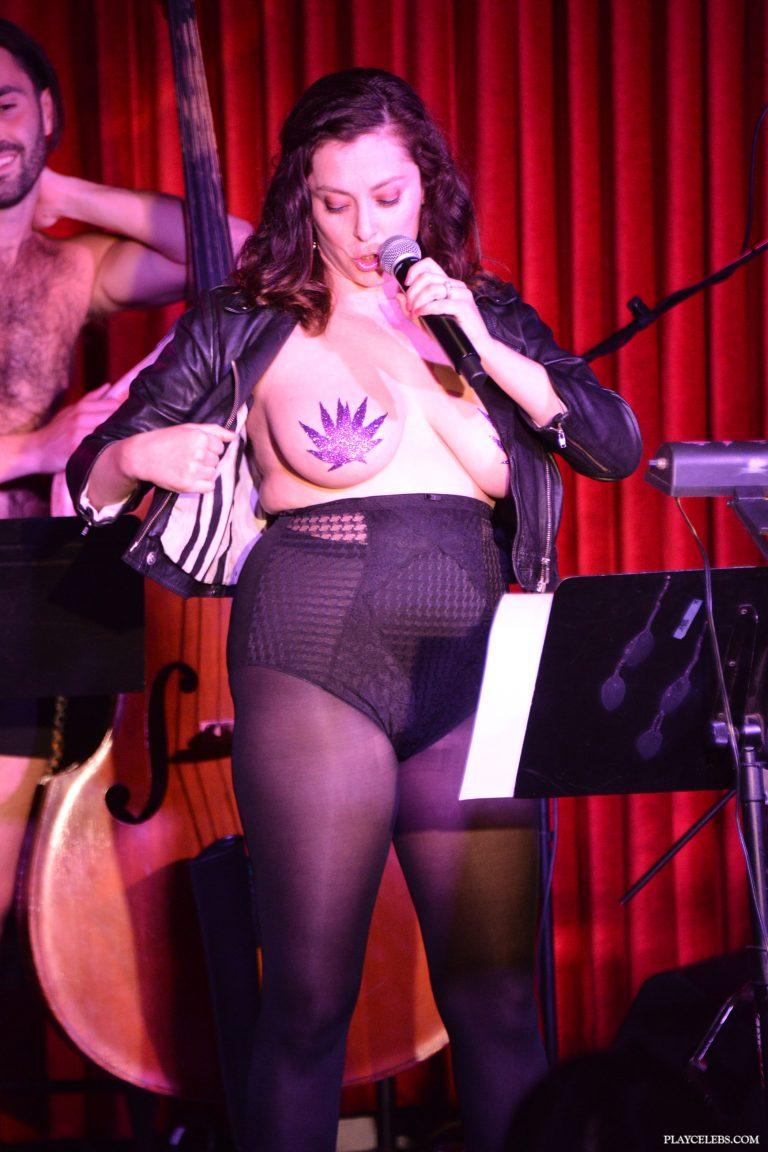 Rachel Bloom Flashing Her Tits During Performance