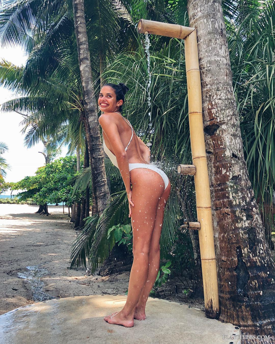 Sara Sampaio Exposing Her Tight Bum Under The Shower