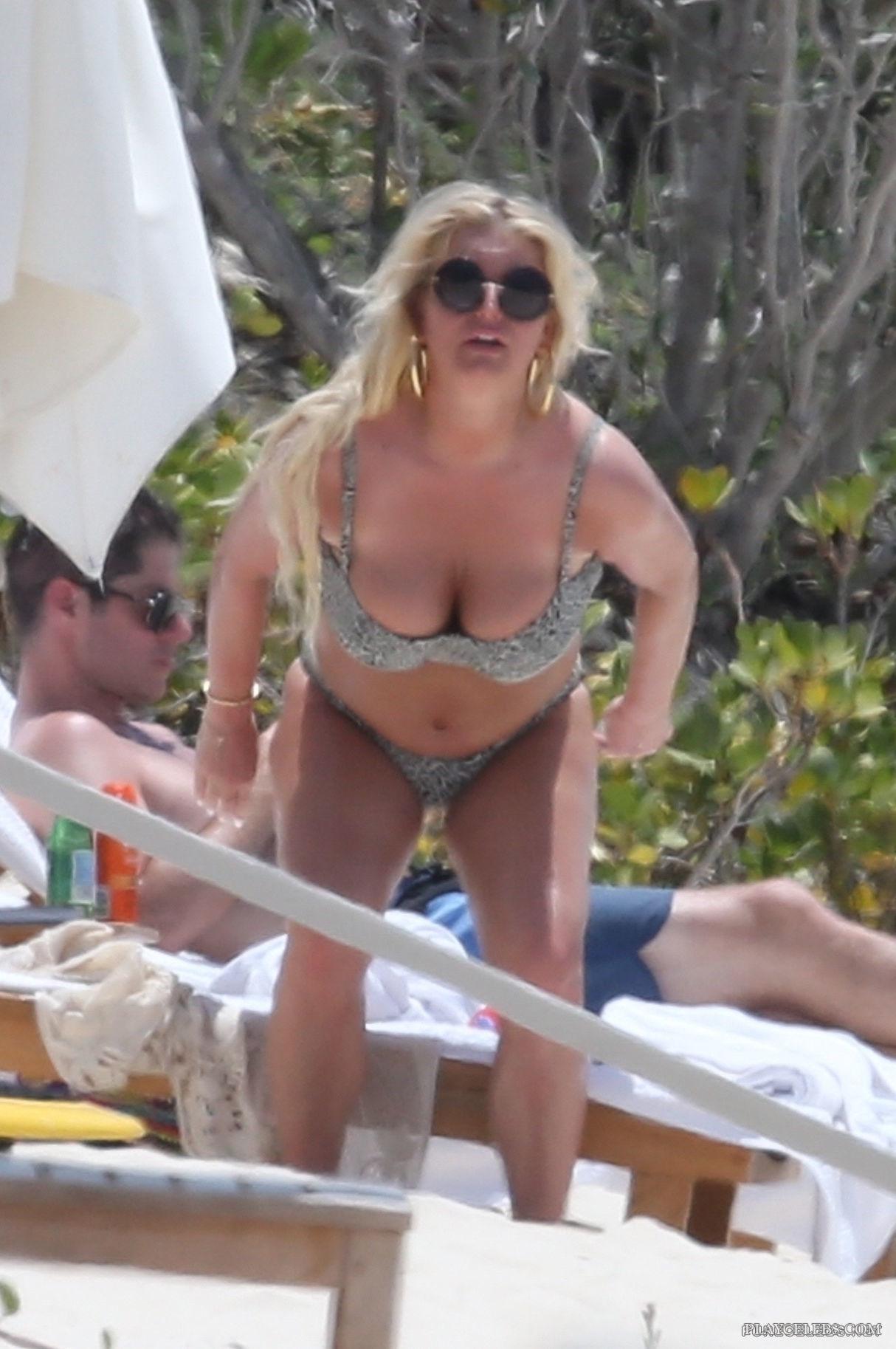 Jessica Simpson Exposing Her Puffy Body In Tight Bikini