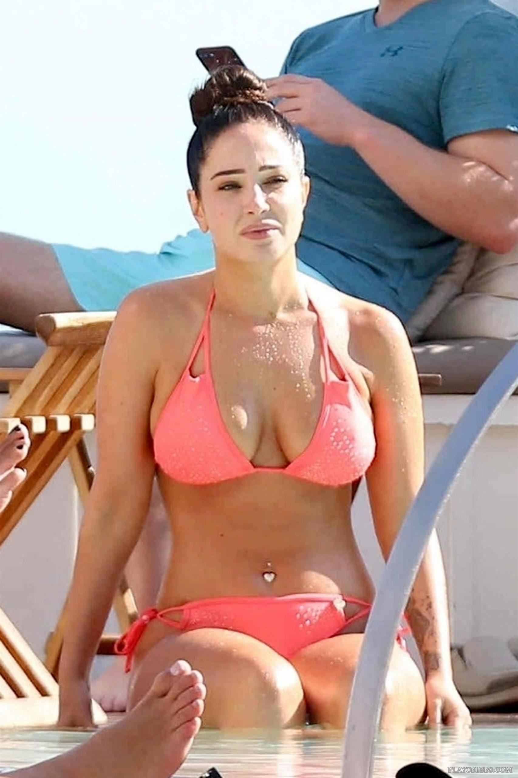 Tulisa Contostavlos Looks Sexy In Pink Bikini