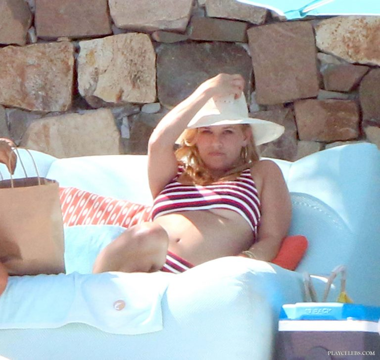 Reese Witherspoon Caught By Paparazzi Under Boobs And Bikini