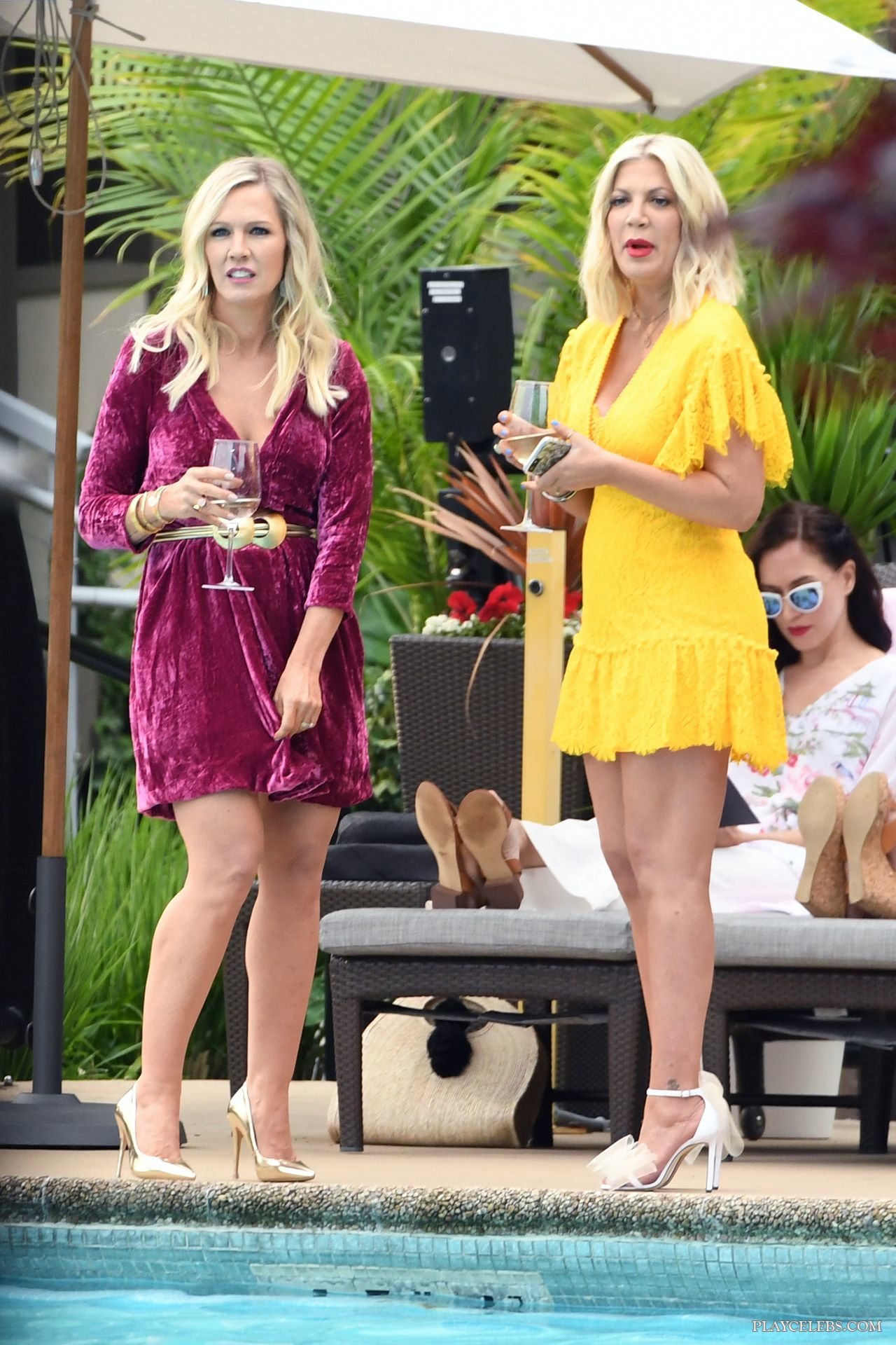 Tori Spelling & Jennie Garth Paparazzi Sexy Cleavage Photos