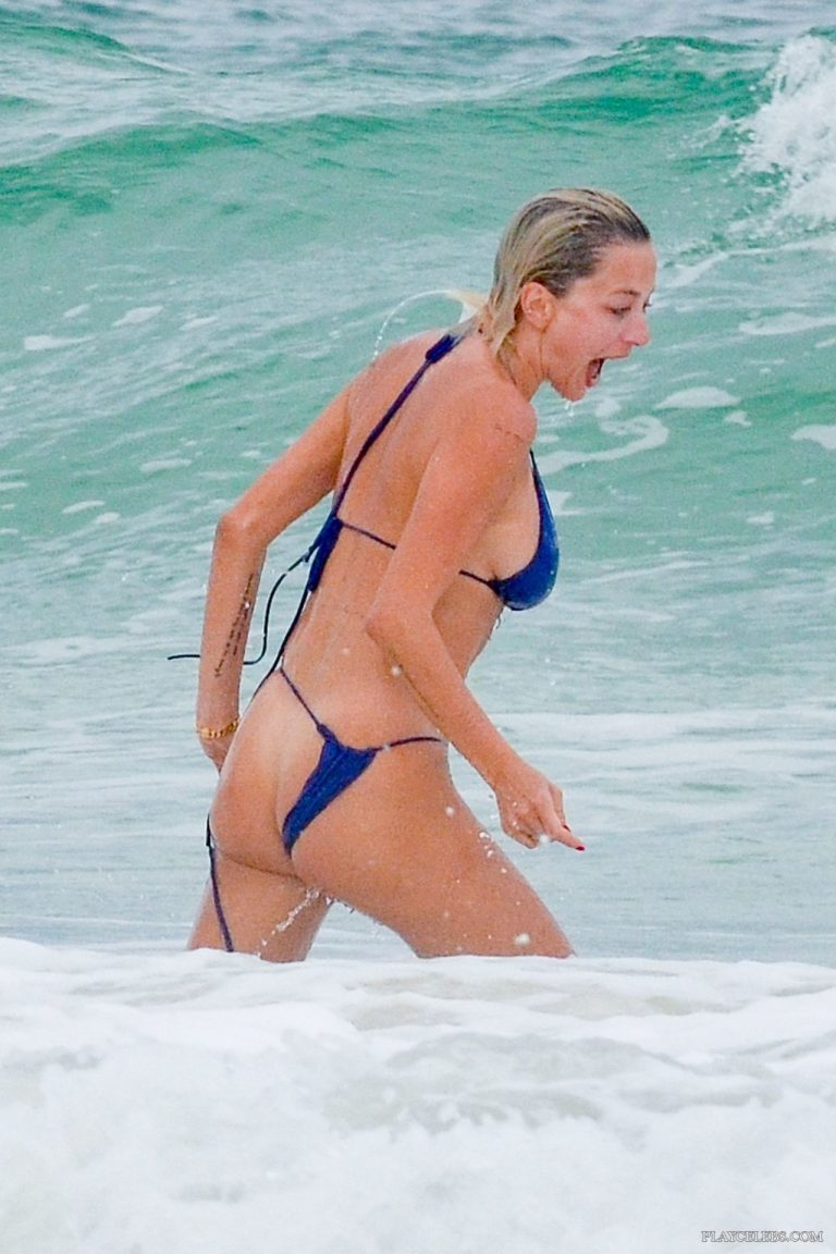 Read more about the article Busty Celebrity Caroline Vreeland Shows Nude Ass And Huge Breasts On A Beach