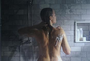margot robbie shower