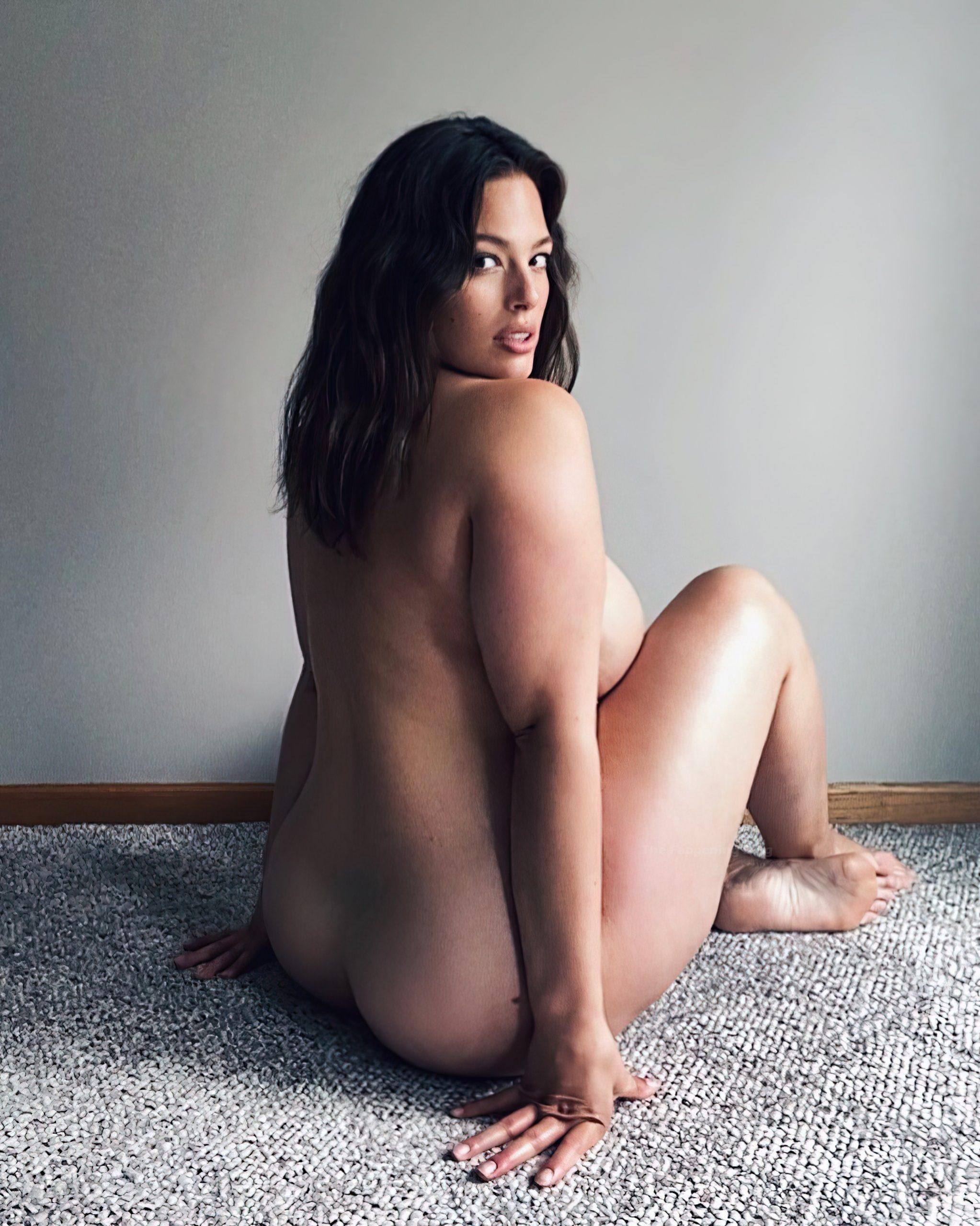 Ashley Graham Naked & Pregnant Bikini Shots