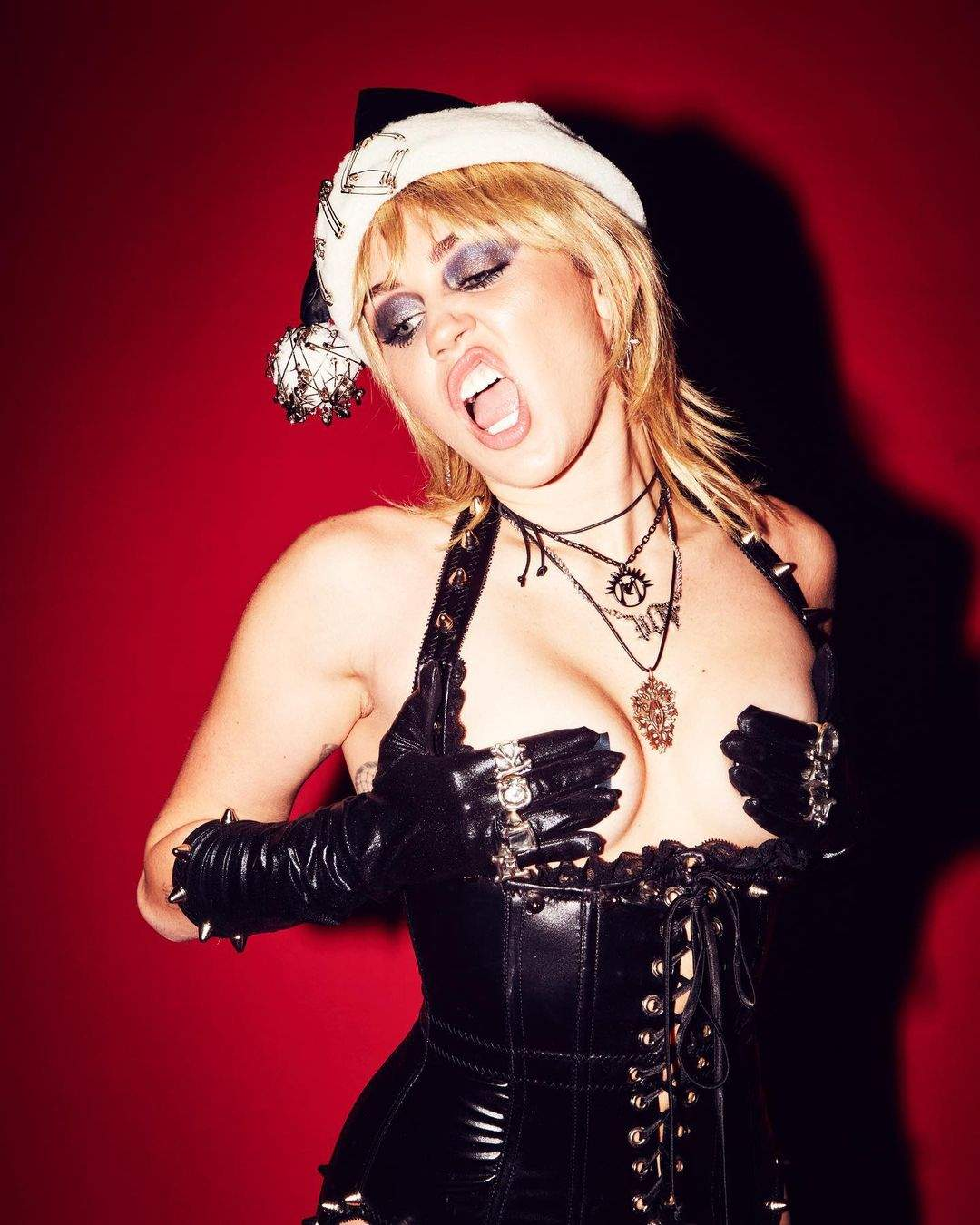 You are currently viewing Miley Cyrus Naked & BDSM Outfit Photos