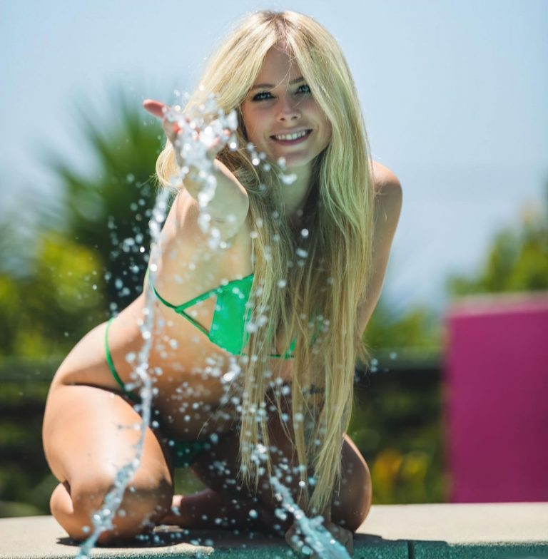 Read more about the article Avril Lavigne Oops And Bikini Photos